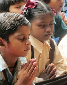 2017-03-slum-school-children-prayer